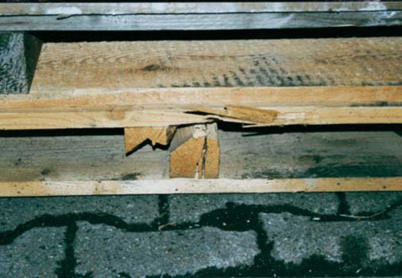 Paletten mit (an)gebrochenem Kantholz