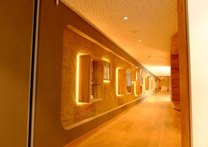 Gang in einem Gebäude aus Holz mit warmer Beleuchtung